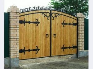 ворота из дерева с кованными элементами