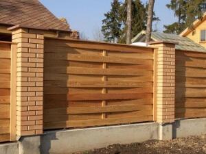 забор, кирпичные столбы, деревянные секции