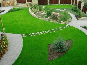 Дорожка из камня зонирует пространство