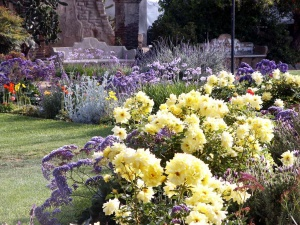 Обрамление цветочника с помощью сиреневых цветов