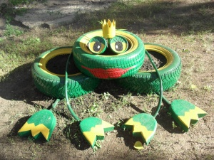 Царица лягушка из автомобильных колес