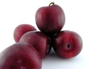 Здоровые плоды сливы
