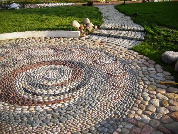 Садовая дорожка, выполненная из гальки