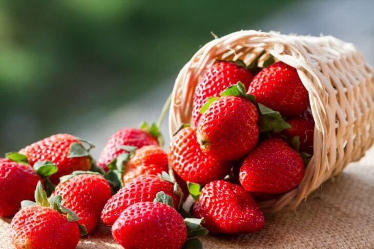Плоды клубники с огорода
