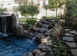 Каскадный водопад в саду