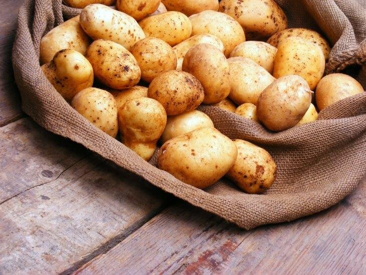 Картофель – водянистый овощ и повышенная влажность в погребе может ему навредить