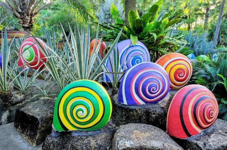 Раскрашенные камни в саду