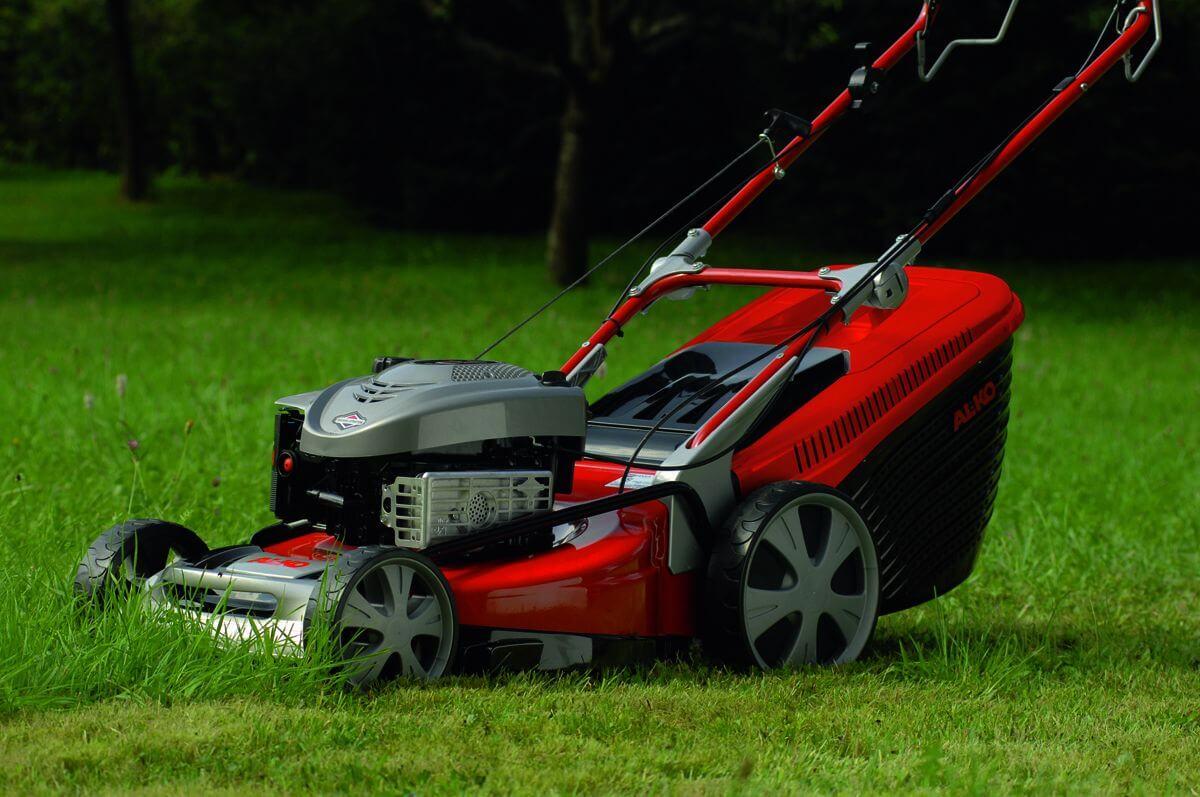 Как выбрать газонокосилку для дачи - основные виды и особенности работы устройств
